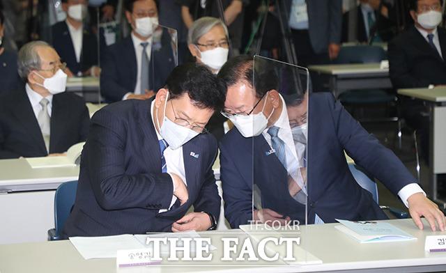 김부겸 국무총리(오른쪽)와 송영길 더불어민주당 대표가 긴밀히 대화를 나누고 있다.