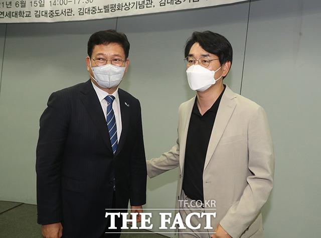 박용진 의원(오른쪽)이 송영길 대표와 대화를 나누고 있다.