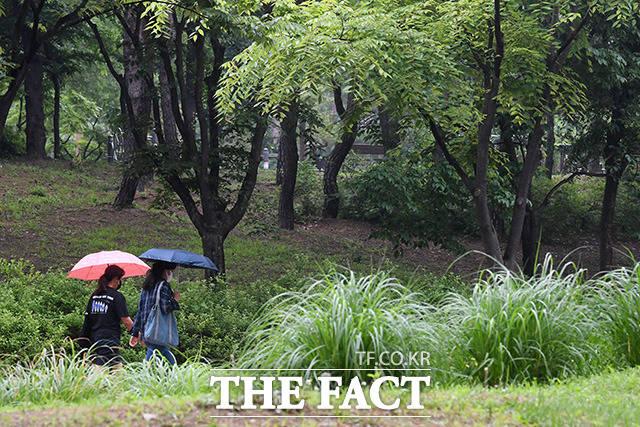 전국 곳곳에 비가 내리는 15일 오전 서울 영등포구 여의도 일대에서 우산을 쓴 시민들이 발걸음을 재촉하고 있다. /남용희 기자