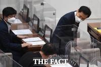 의원들과 인사하는 오세훈 [포토]