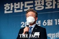 '한반도 평화를 위한 특별좌담회' 참석한 이재명 [TF사진관]