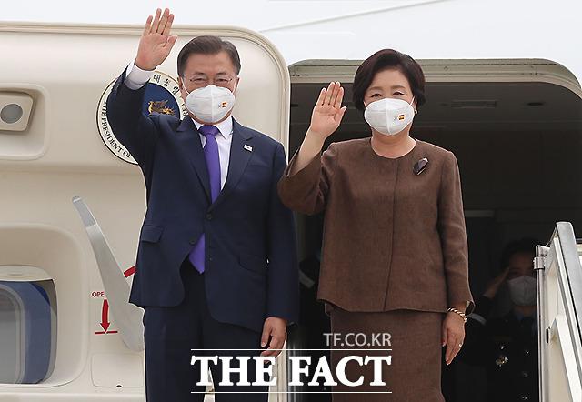 문재인 대통령과 김정숙 여사가 15일(현지시간) 스페인 마드리드 바라하스 국제공항에 도착해 공군1호기에서 내리며 손을 흔들고 있다.