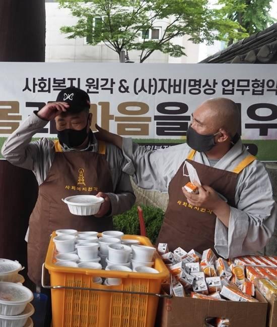 어르신 무료 점심배식 봉사 . 김흥국은 15일 낮 서울 탑골공원에서 원각사 마가스님을 비롯해 비구니 스님 10여명과 함께 어르신 350명 분 가량의 점심 배식에 참여했다. /독자제공