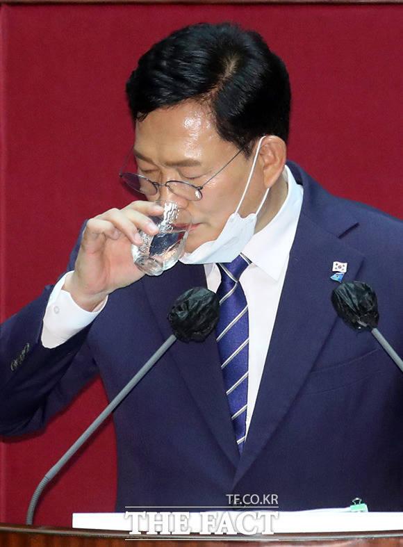 물 마시는 송 대표
