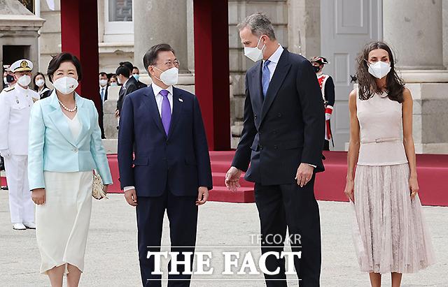 문재인 대통령과 김정숙 여사가 15일(현지시간) 스페인 마드리드왕궁에서 열린 공식 환영식에 참석해 펠리페 6세 스페인 국왕 내외와 기념촬영을 하고 있다.