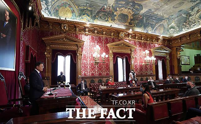 문재인 대통령이 15일(현지시간) 스페인 마드리드 시청 내 시의회 본회의장에서 답사를 하고 있다.