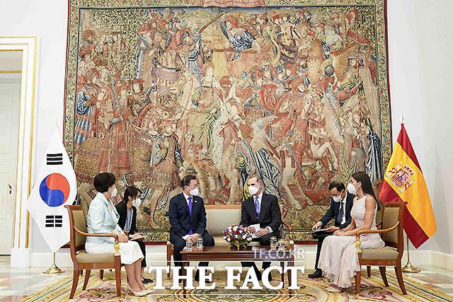 문재인 대통령과 김정숙 여사가 15일(현지시간) 스페인 마드리드왕궁에서 열린 공식 환영식에 참석 후 펠리페 6세 스페인 국왕 내외와 환담을 하고 있다.