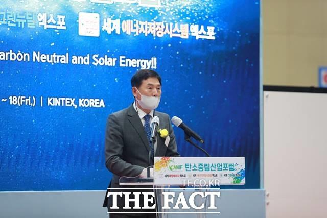 에너지밸리기업개발원 임철원 원장이 '2021 탄소중립산업포럼 및 태양광·ESS·그린뉴딜 엑스포'의 개회 선언을 하고 있다./엑스포 조직위 제공