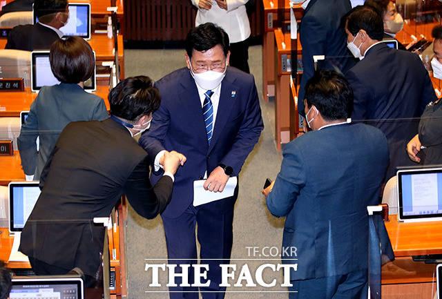 첫 연설을 마친 후 동료의원들과 인사하는 송 대표