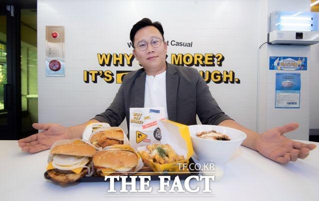 노브랜드버거는 페퍼로니 버거, 어니언 도넛, 인절미 치즈볼, 슈가버터 프라이 등 이색 제품을 꾸준히 출시하고 있다. /이동률 기자
