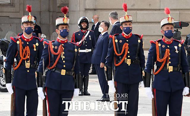문재인 대통령이 15일(현지시간) 스페인 마드리드왕궁에서 열린 공식 환영식에 참석해 펠리페 6세 스페인 국왕과 함께 의장대 사열을 받고 있다.