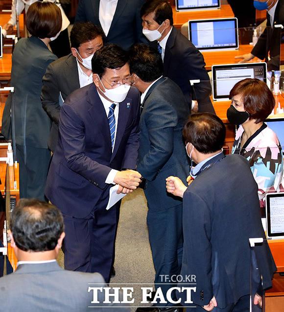 성공적인 첫 연설을 축하하는 동료의원들