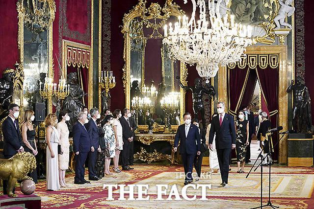 문재인 대통령 내외와 펠리페 6세 국왕 내외가 15일(현지시각) 스페인 마드리드 왕궁에서 국빈만찬장으로 이동하고 있다.