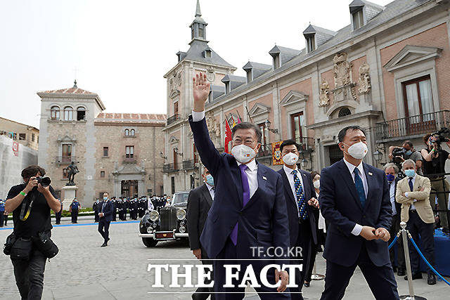 문재인 대통령이 15일(현지시간) 스페인 마드리드 시청을 방문 후 교민들을 향해 인사를 하고 있다.