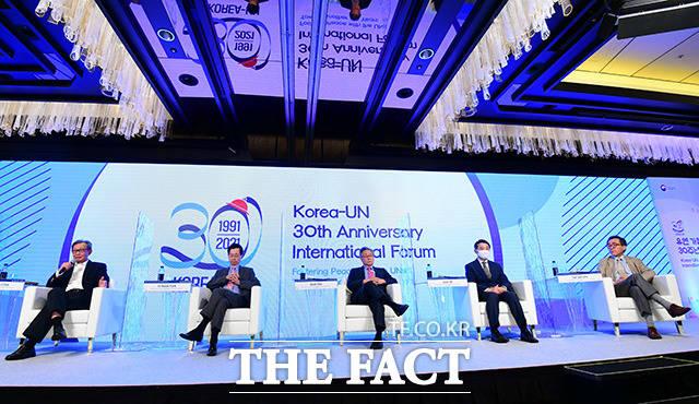 국제 평화와 한국의 역할을 주제로 대담 갖는 전직 유엔 대사들.