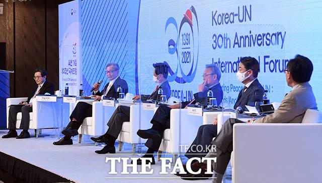 유엔 가입 30주년 국제포럼이 17일 오후 서울 종로구 포시즌스호텔서울에서 열린 가운데 최영진 전 유엔 대사(왼쪽 두번째)가 발언을 하고 있다./임영무 기자