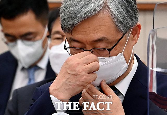 최재형 감사원장이 18일 오전 서울 여의도 국회 법제사법위원회 전체회의에 출석해 마스크를 고쳐쓰고 있다. /국회=이선화 기자
