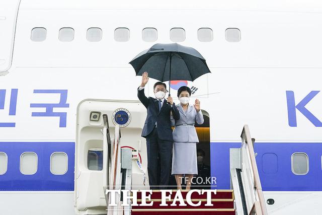 문재인 대통령 내외가 11~17일 영국·오스트리아·스페인 순방을 마치고 18일 귀국했다. 문 대통령 내외가 18일 오전 경기도 성남시 서울공항에 도착, 전용기에서 내리며 손을 흔들고 있다. /청와대 제공