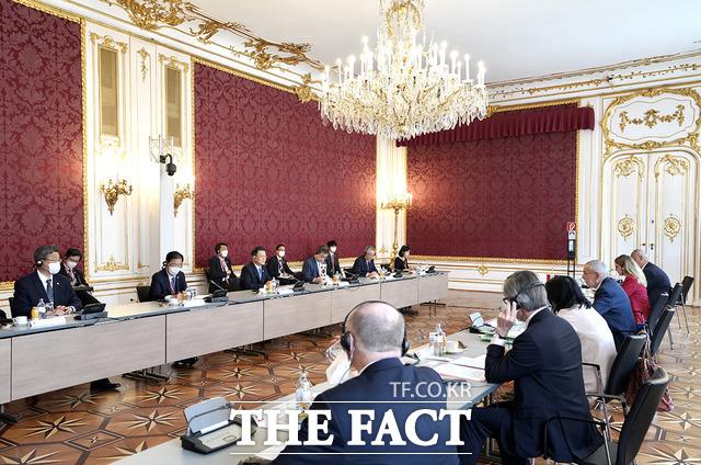 오스트리아를 국빈 방문한 문재인 대통령이 지난 14일(현지시간) 오스트리아 비엔나 호프부르크궁에서 알렉산더 판데어벨렌 대통령과 정상회담을 하고 있다. /청와대 제공