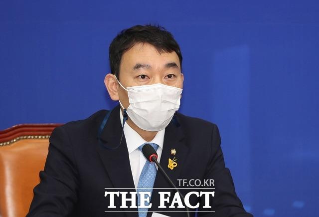 김용민 민주당 최고위원은 18일 국회에서 열린 당 최고위원회의에서 이준석 국민의힘 대표에게 병역 의혹 보도에 대한 진실을 밝히라고 촉구했다. 이후 이 대표는 검찰에서도 문제없다던 사안이라고 반박했다. /남윤호 기자