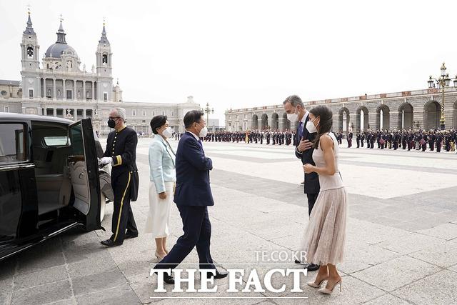 지난 15일(현지시간) 스페인을 국빈 방문한 문재인 대통령과 김정숙 여사가 스페인 마드리드왕궁에서 열린 공식 환영식에 참석해 펠리페 6세 스페인 국왕 내외와 인사를 나누던 당시. /청와대 제공