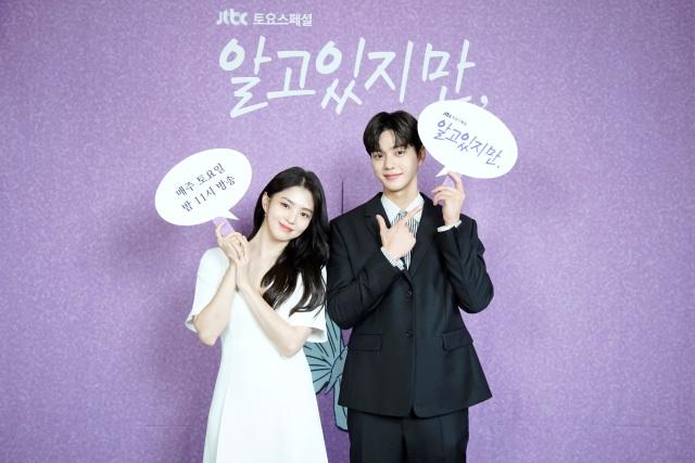 배우 한소희와 송강이 JTBC 새 토요드라마 알고있지만에서 각각 유나비와 박재언으로 분해 청춘들의 현실 로맨스를 그린다. /JTBC 제공
