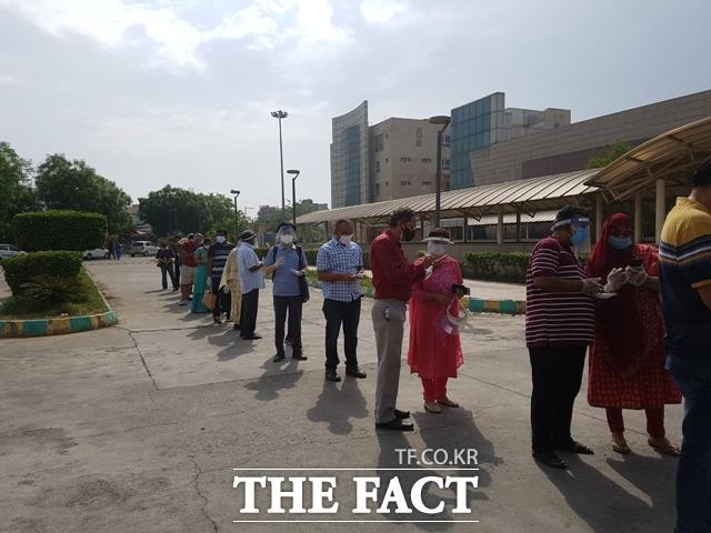 충남경제진흥원의 인도 뉴델리 해외통상사무소가 신종 코로나19바이러스 감염증(코로나19)으로 어려움을 겪는 교민 지원에 나섰다. 사진은 하승창 소장이 인도에서 백신접종을 위해 대기하는 모습. / 충남경제진흥원 제공