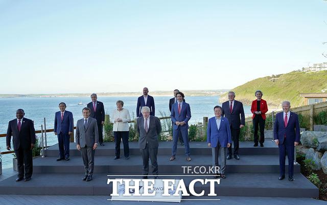 문재인 대통령이 지난 12일(현지시간) 영국 콘월 카비스베이 양자회담장 앞에서 G7 정상회의에 참석한 정상들과 기념촬영을 한 모습. 앞줄 왼쪽부터 남아공 시릴 라마포사 대통령, 프랑스 에마뉘엘 마크롱 대통령, 영국 보리스 존슨 총리, 문 대통령, 미국 조 바이든 대통령. 두 번째 줄 왼쪽부터 일본 스가 요시히데 총리, 독일 앙겔라 메르켈 총리, 캐나다 쥐스탱 트뤼도 총리, 호주 스콧 모리슨 총리. 세 번째 줄 왼쪽부터 UN 안토니우 구테흐스 사무총장, 샤를 미셸 EU 정상회의 상임의장, 이탈리아 마리오 드라기 총리, 우르줄라 폰데어라이엔 EU 집행위원장. /청와대 제공