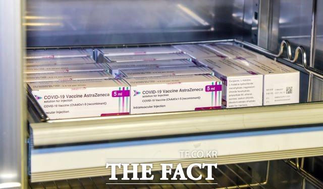 국내 신종 코로나바이러스 감염증(코로나19) 백신 1차 접종자가 1400만 명을 넘어서면서 당국의 상반기 목표치를 일찌감치 뛰어넘었다. 남은 목표는 9월까지 전 국민의 70%가 1차 접종을 마친다는 것으로, 약 3개월여 동안 2200만 명이 백신을 맞아야 달성할 수 있다. /더팩트 DB