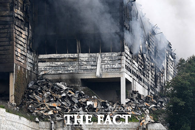 이천 쿠팡 덕평물류센터에서 화재가 발생한지 하루가 지난 18일 오후 경기도 이천시 마장면에 위치한 물류센터에서 소방관계자들이 진화작업을 하고 있다. /이천=남용희 기자