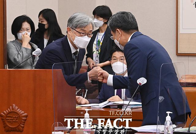 서욱 국방부 장관과 인사 나누는 최재형 감사원장
