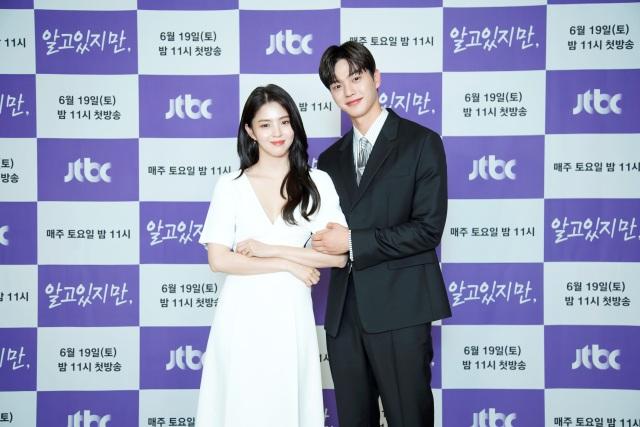 배우 한소희와 송강이 JTBC 새 토요드라마 알고있지만 극 중 캐릭터 유나비와 박재언에게 완벽히 녹아든 모습으로 눈길을 끌었다. /JTBC 제공