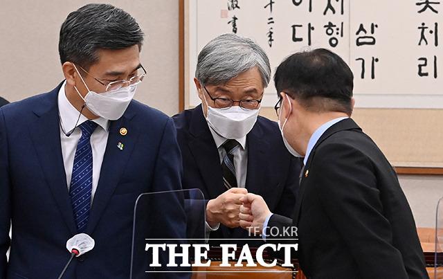 박범계 법무부 장관과 인사하는 최 원장