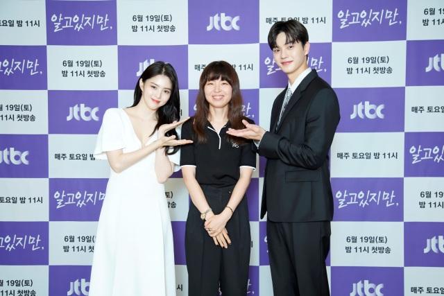 배우 한소희, 김가람 감독, 송강(왼쪽부터 차례대로)이 JTBC 새 토요드라마 알고있지만 제작발표회에 참석해 다양한 이야기를 전했다. /JTBC 제공