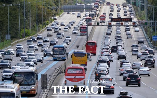 한국도로공사에 따르면 이날 전국 고속도로 교통량은 496만대로 예상된다. 수도권에서 지방으로 빠져나가는 차량은 45만대, 지방에서 수도권으로 진입하는 차량은 46만대로 전망된다. /더팩트 DB