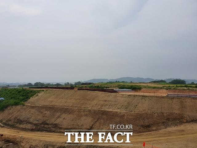 충북경제자유구역 청주에어로폴리스 1지구의 첫 분양에서 전체면적 9만8185㎡ 중 약 60%에 해당하는 5만8515㎡의 계약이 성사됐다. 청주에어로폴리스 1지구 조성 현장. 현재 공정률이 55%를 보이고 있다. / 충북도 제공