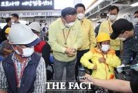 김부겸 총리, '도서지역주민 예방접종 지원하는 해군 한산도함 방문 격려' [TF사진관]