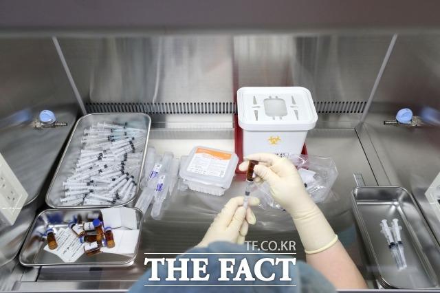 국민 10명 중 9명이 국산 신종 코로나바이러스감염증(코로나19) 백신 개발이 필요하다고 인식한 반면 임상시험 참여에는 소극적인 것으로 나타났다. 사진은 간호사가 클린벤치를 이용해 백신 주사를 소분 조제하는 모습. /사진공동취재단
