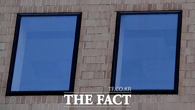 건물 밖에서 바라 본 사무실 창문 너머로 아직 내부 수리가 끝나지 않아 군데 군데 뚫려 있는 천장이 보였다.
