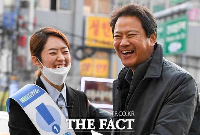 임 전 실장이 21일 대선 불출마를 시사했다. 사진은 지난해 4월 제21대 총선을 앞두고 서울 광진을에 출마했던 고민정 당시 민주당 후보와 인사하는 모습. 두 사람은 문재인 정부 출범 이후 청와대에서 한솥밥을 먹었던 사이다. /김세정 기자