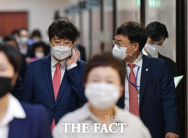 이준석 국민의힘 대표(왼쪽)가 21일 오전 서울 여의도 국회에서 열린 최고위원회의에 참석하고 있다. /국회=이선화 기자