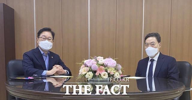 박범계 법무부 장관과 김오수 검찰총장이 20일 오후 6시30부터 1시간 반 동안 서울고검 15층에서 만나 고검검사급 중간간부 인사를 놓고 의견을 나눴다. /법무부 제공