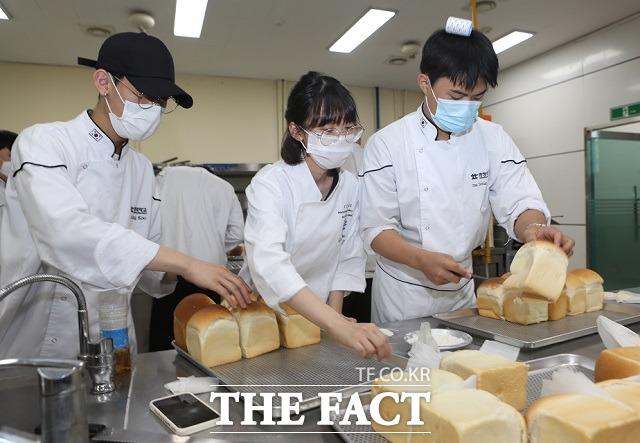 충청대 호텔조리파티쉐과 학생들이 청주노인종합복지관 등에 전달할 식빵을 만들고 있다. / 충청대 제공