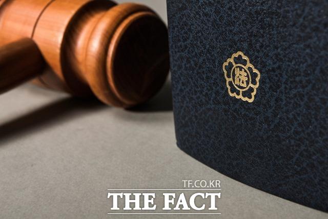 창원지법 형사1단독 김민상 판사는 명예훼손 및 협박 등 혐의로 기소된 A(56·여)씨에게 징역 1년을 선고했다고 22일 밝혔다. /(유)필통 제공