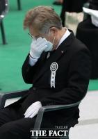 눈물 훔치는 이재명 경기도지사 [포토]