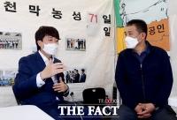 '손실보상 소급적용 필요'…이준석, '천막농성 중인 최승재 의원 찾아' [TF사진관]