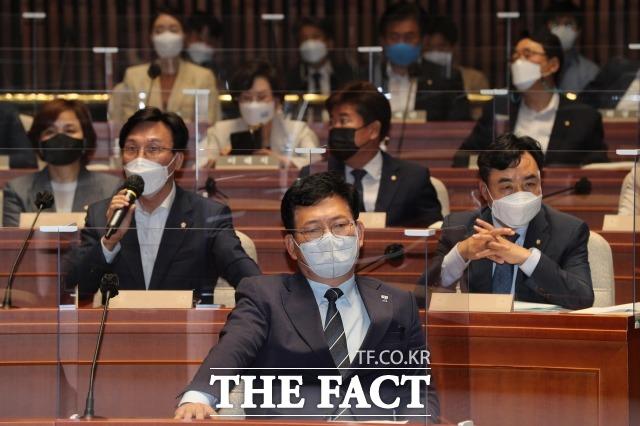 더불어민주당 지도부는 오는 25일 대선 경선 연기 여부를 결정하기로 했다. 사진은 송영길(아래 가운데) 민주당 대표가 22일 오전 국회에서 열린 의원총회에서 의원들의 발언을 듣고 있다. /이선화 기자