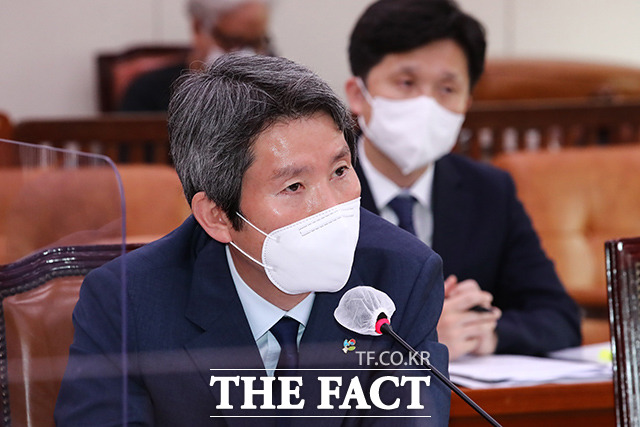 이인영 통일부 장관이 22일 오전 서울 여의도 국회에서 열린 외교통일위원회 전체회의에 참석해 의원들의 질의에 답하고 있다. /국회=이선화 기자