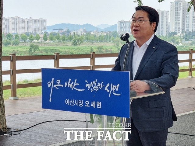 오세현 아산시장이 민선7기 취임 3주년을 맞아 아산 은행나무길에서 기자회견을 개최하고 지난 3년 간의 성과와 향후 임기에 대한 계획을 밝혔다. / 김경동 기자