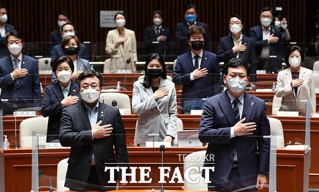 회의에 앞서 국기에 대한 송 대표와 윤호중 원내대표 및 의원들